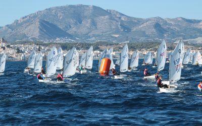 Más de 200 regatistas se miden en el Trofeo Clase Optimist Dictum Abogados de Altea
