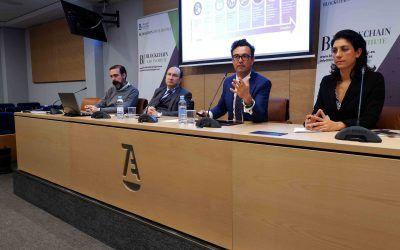 Los socios Vicente García Gil y Juan Carlos Rodríguez Maseda imparten una conferencia sobre el uso de smart contracts en la actividad financiera